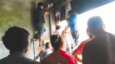 湘潭一名女童右手手腕死死卡在旋转门的门缝中