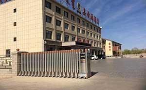 嘉世源酒店伸缩门案例 - 呼和浩特中出网-城市出入口设备门户
