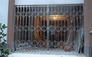 湖南某广场一楼一角拉闸门工程案例 - 中出拉闸门网
