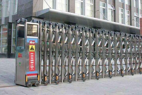 瑞城熙园大门口的伸缩门由杭州出安智能提供