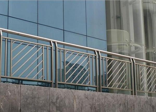 长治出安智能护栏为水岸春城大门口添上色彩