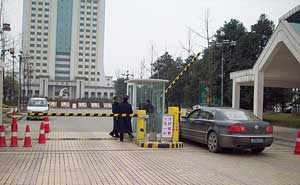 成都市温江区西南财经大学道闸案例 - 成都中出网-城市出入口设备门户